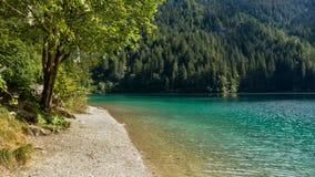 Lac turquoise dans les montagnes Photo stock