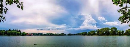Lac urbain de nuages dramatiques de panorama photos libres de droits