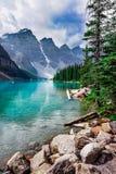 Lac, vallée et montagne de neige dans les Rocheuses canadiennes photographie stock libre de droits
