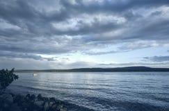 lac vert au-dessus de lever de soleil Images stock