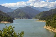 Lac Vidraru près des montagnes de Fagaras en Roumanie centrale, l'Europe photographie stock libre de droits