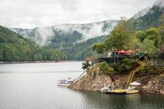 Lac Vidraru sur le barrage en montagnes carpathiennes, Roumanie image libre de droits