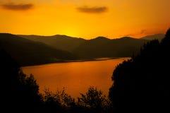 Lac Vidraru sur le coucher du soleil Photos stock