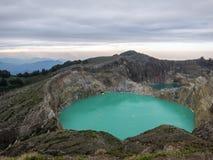 Lac volcanique bleu lumineux du ` s de Mt Kelimutu, mystérieux et populaire Moni, Flores, Indonésie Photo stock