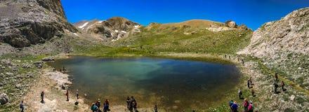 """Lac volcanique de cratère entre la montagne de Bolkar et le Taurus Mountain, Nigde, Turquie C'est """"""""lac noir connu """"""""Vue panorami illustration libre de droits"""