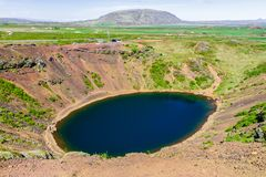Lac volcanique près de la ville de Selphass 11 06,2017 Photographie stock libre de droits
