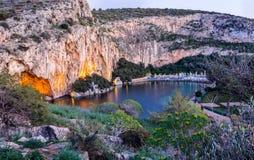 Lac Vouliagmeni près d'Athènes du sud, Grèce image libre de droits