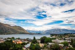Lac Wanaka et station touristique alpine au Nouvelle-Zélande photographie stock