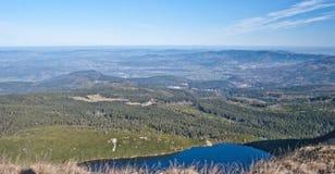Lac Wielki Staw sur des montagnes de Karkonosze Images libres de droits
