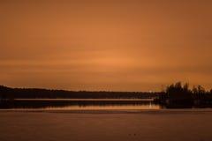 Lac winter après eau glacée de coucher du soleil Images libres de droits