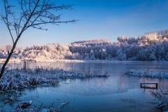 Lac winter au lever de soleil photographie stock