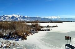 Lac winter couvert de neige Photographie stock libre de droits