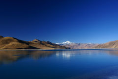 Lac Yamdrok Yumts au Thibet photographie stock libre de droits