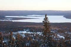 Lac Zyuratkul, paysage de coucher du soleil d'hiver Forêt Photos stock