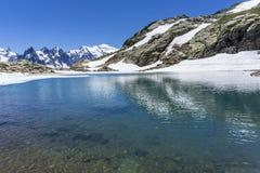Laca Blanc del lago en el fondo del macizo de Mont Blanc montan@as foto de archivo