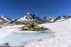 Laca Blanc del lago en el fondo del macizo de Mont Blanc montan@as imagen de archivo