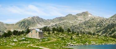 Laca de Aumar, del agua y de las montañas en el parque natural Imagen de archivo