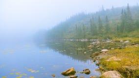 Laca Jorte en un día brumoso imagen de archivo