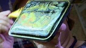 Laca Palekh diminuto A caixa é envernizada Lustrado à mão vídeos de arquivo