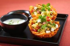 Laccha Tokri Chaat of Aardappelmand met aardappel, spruit wordt gevuld die royalty-vrije stock afbeelding