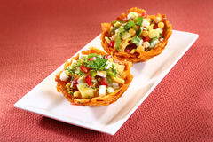 Laccha Tokri Chaat of Aardappelmand met aardappel wordt gevuld die stock foto's