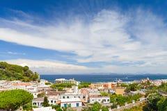 Lacco Ameno linia horyzontu pod chmurnym niebem Ischia Zdjęcie Royalty Free