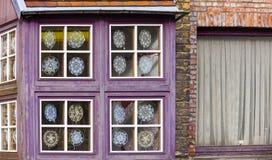 Lacemakers fönsterskärm, Bruges, Belgien Arkivfoton