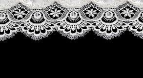 Lacet blanc sur le fond noir Photographie stock