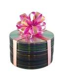 lacet cd de cadeau de disques au-dessus de blanc de pile photographie stock libre de droits