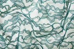 Lacet froissé par vert sur le Spandex blanc Image stock