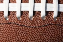 Lacets et texture du football photographie stock