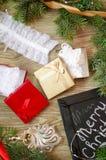 Lacez les sous-vêtements avec les boîte-cadeau rouges et d'or sur le Christm Photographie stock