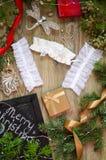 Lacez les sous-vêtements avec les boîte-cadeau rouges et d'or sur le Christm Images stock