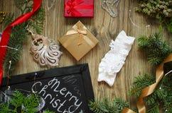 Lacez les sous-vêtements avec les boîte-cadeau rouges et d'or sur le Christm Image libre de droits