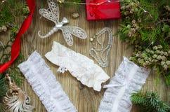 Lacez les sous-vêtements avec les boîte-cadeau rouges et d'or sur le Christm Photographie stock libre de droits