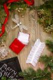 Lacez les sous-vêtements avec les boîte-cadeau rouges et d'or sur le Christm Photos stock