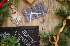 Lacez les sous-vêtements avec les boîte-cadeau rouges et d'or sur le Christm Photo stock