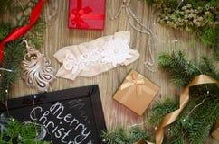 Lacez les sous-vêtements avec les boîte-cadeau rouges et d'or sur le Christm Image stock