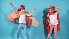 Lach positieve kinderen in de doeken tegen blauwe achtergrond stock footage