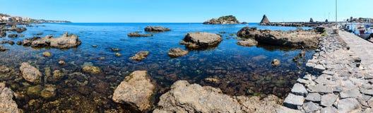 Lachea ö på Aci Trezza, Sicilien kust royaltyfri fotografi