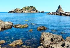Lachea-Insel auf Aci Trezza, Sizilien-Küste Lizenzfreies Stockfoto