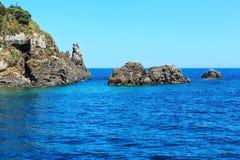 Lachea-Insel auf Aci Trezza, Sizilien-Küste Lizenzfreie Stockfotos