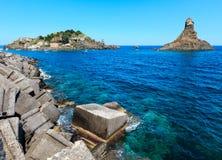 Lachea-Insel auf Aci Trezza, Sizilien-Küste Stockfoto