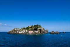Lachea-Insel hinter einem zyklopischen Felsen Lizenzfreie Stockfotografie