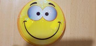 Lachebekjes met gele gele narcissen stock foto
