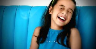 Lachen des jungen Mädchens stockfoto