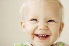 Lachen des kleinen Mädchens lizenzfreies stockbild