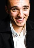 Lachen des unterhaltenen glücklichen jungen Mannes Lizenzfreie Stockfotografie