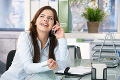 Lachen die van het meisje op telefoon spreekt Stock Afbeeldingen