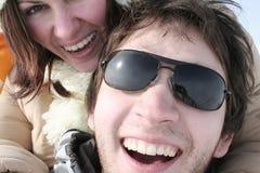 Lachen die van het paar de camera bekijkt Stock Foto